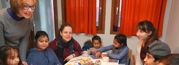 Franziska Kloos (l.) und ihre Freundin Rachel Löwentraut (3.v.l.) betreuen regelmäßig Kinder in der Übergangsunterkunft im Löwental in Essen-Werden. Foto: WAZ, Stefan Arend